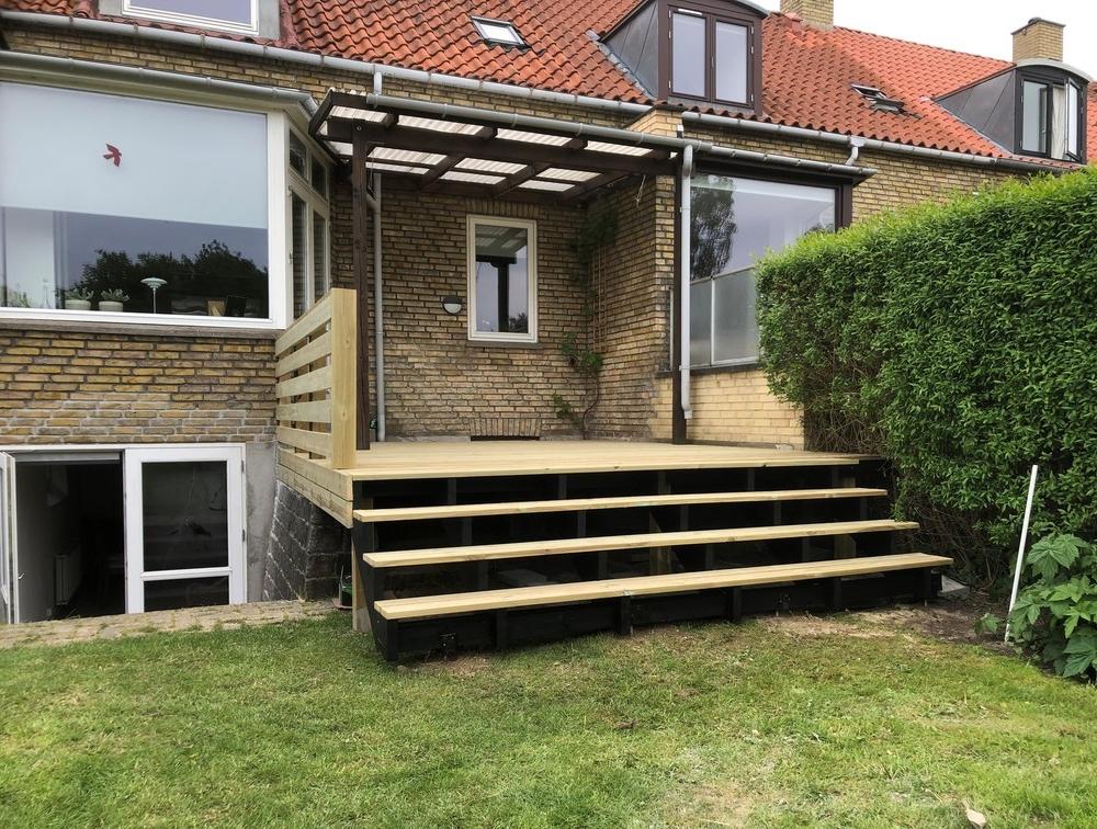 Trykimpræneret terrasse i Søborg på 18m2 med Trappe og Hegn 1